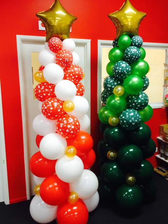Árvore de Natal com bolas de festa