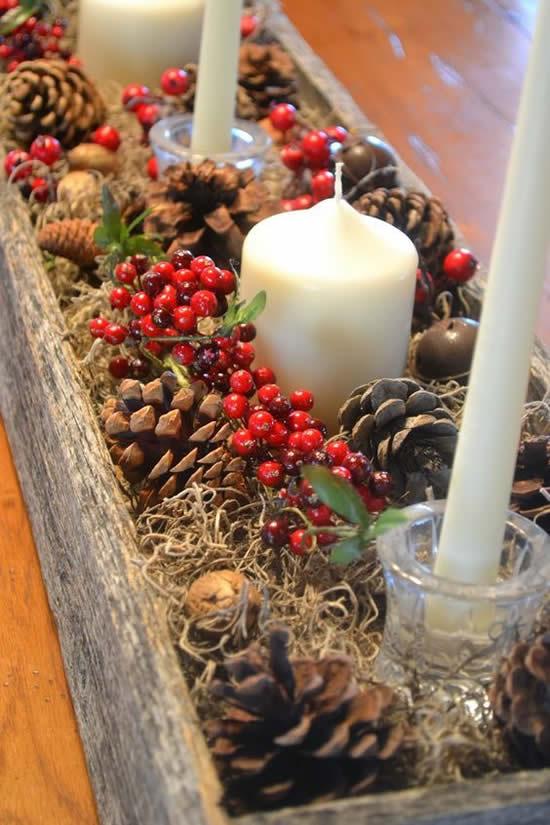 Velas decoradas com pinhas de madeira