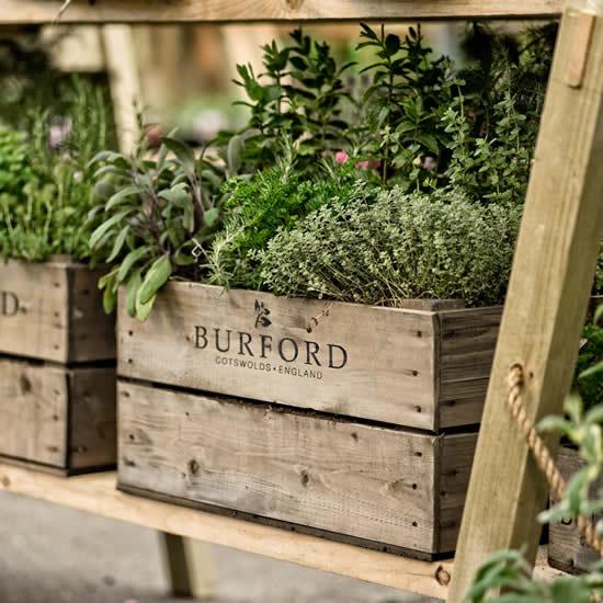 Decore o jardim com caixotes de madeira