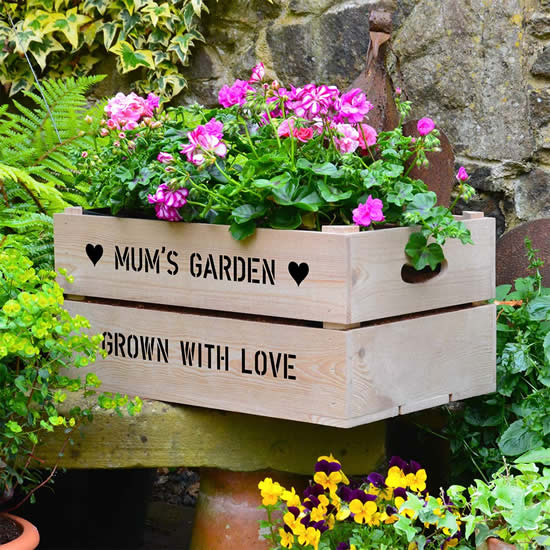 Decoração criativa para o jardim com caixote de madeira