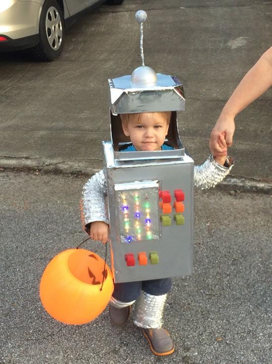 Linda fantasia de robô para criança