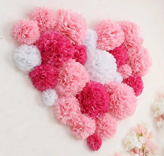 Decoração para parede com flores de papel seda