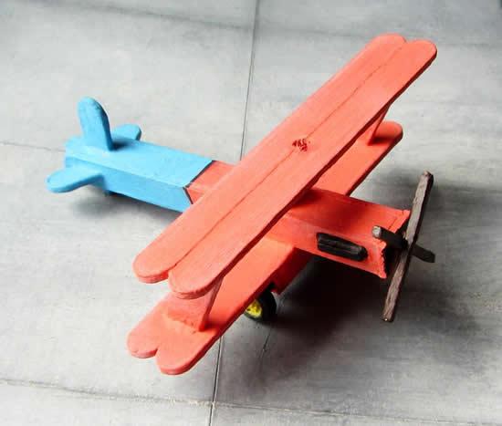 Avião com palitos de picolé