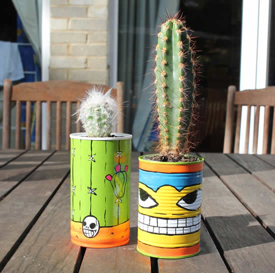 Lindos cactos em vasos feitos de latas