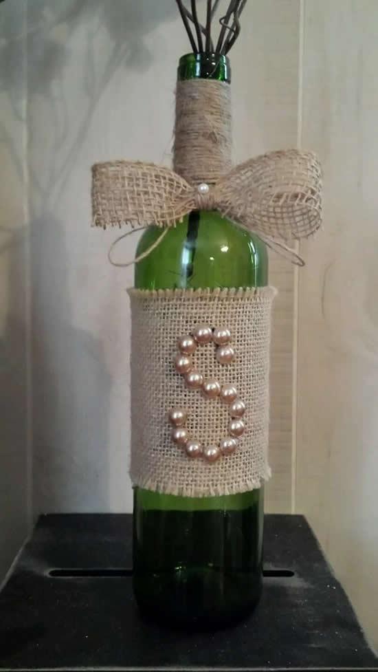 Garrafa decorada de maneira criativa