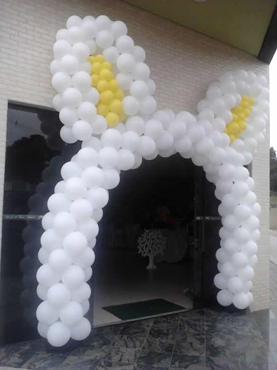 Portal com balões em formato de orelha de coelhinho para Páscoa
