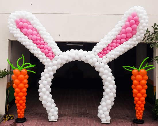 Portal de orelha de coelhinho com balões para Páscoa