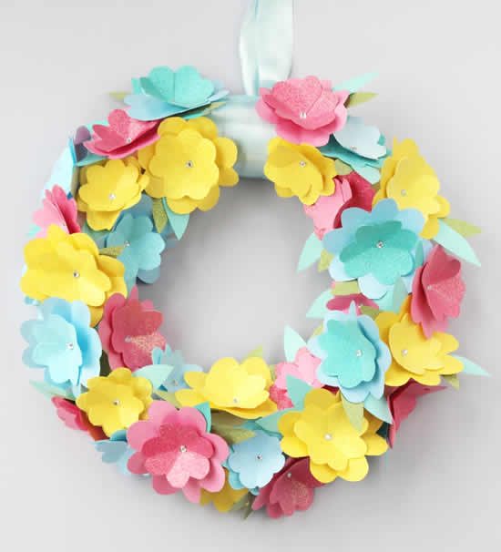 Flores lindas de papel na guirlanda