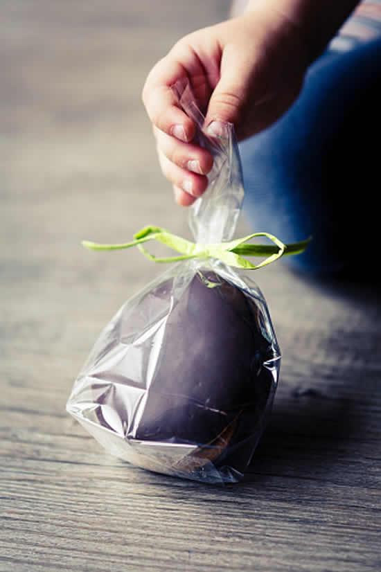 Sacolinha com chocolate para lembrancinha de Páscoa