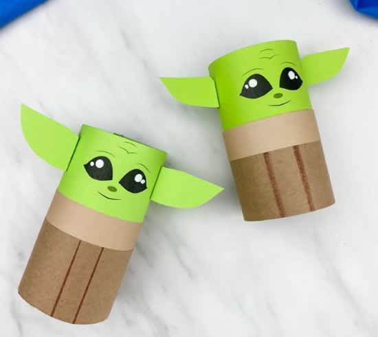 Mestre Yoda com rolo de papelão