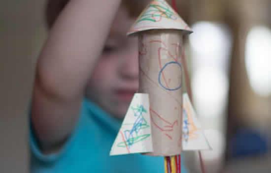 Foguete com rolo de papelão