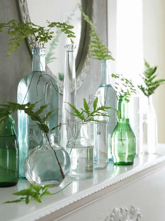 Garrafas de vidro para decorar a mesa