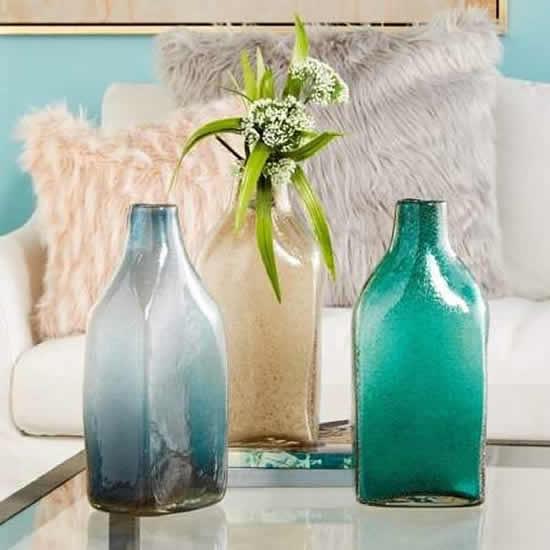 Decore a mesa com garrafas de vidro