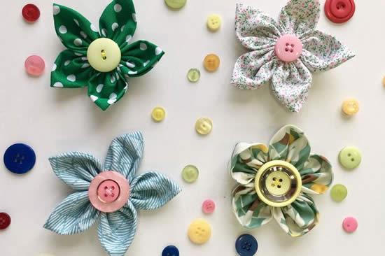 Flores com botões e tecidos