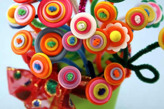 Decoração com flores de botões coloridos
