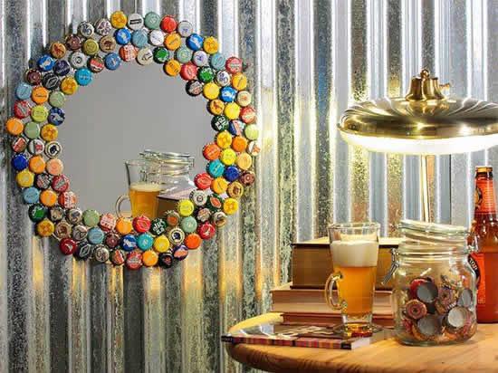 Decoração de espelho com tampinhas