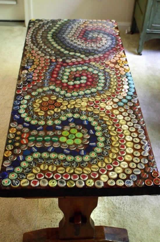 Mesa decorada com tampinhas