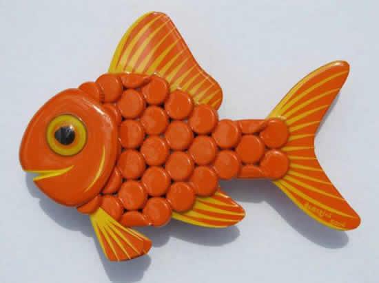 Peixe com tampinhas
