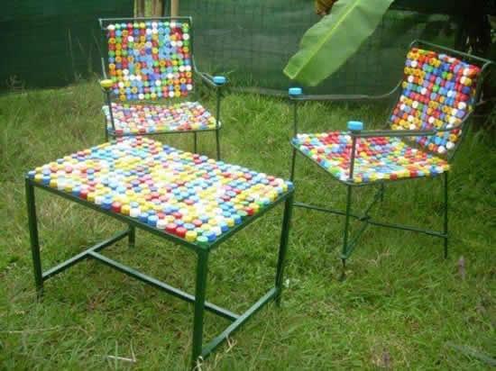 Cadeira e mesa decorada com tampinhas