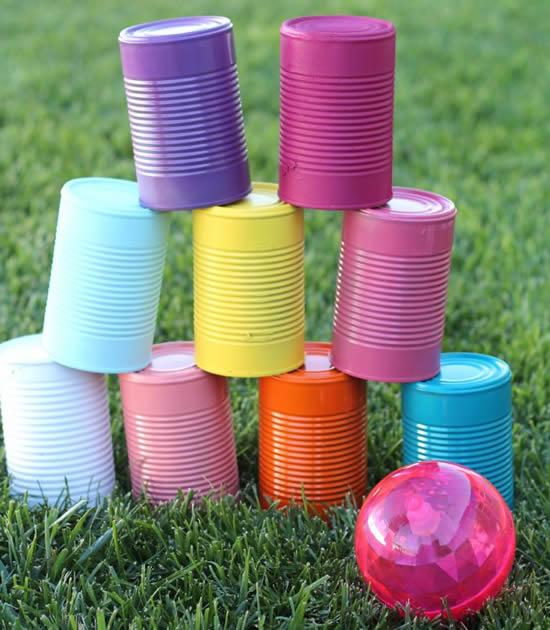 Boliche de latas coloridas