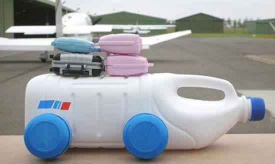 Carrinhos com garrafas plásticas