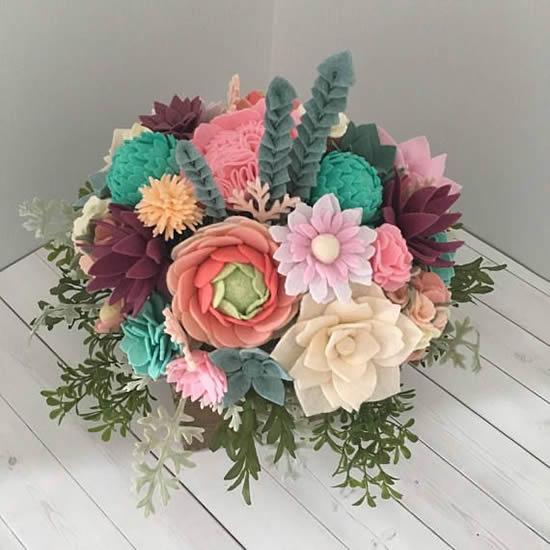 Flores de feltro decorativas
