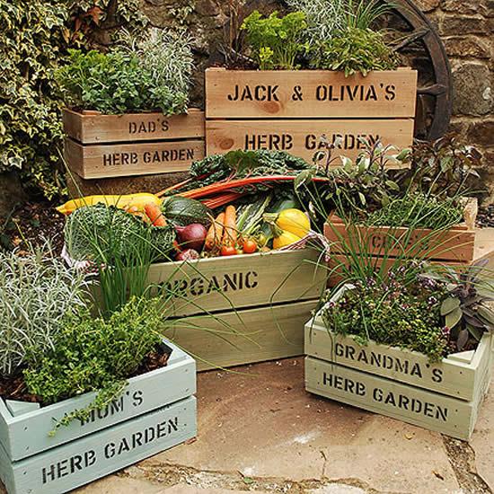 Decoração para jardim com caixotes de madeira