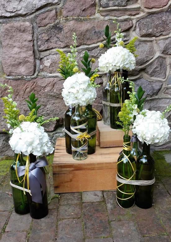 Decoração com pote de vidro e arranjo de flores