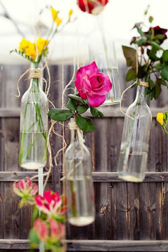 Decoração com reciclagem de garrafas e flores