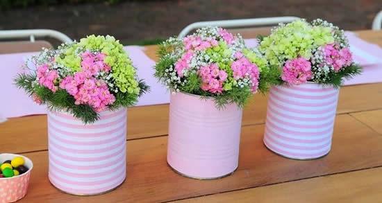 Arranjos florais com latas