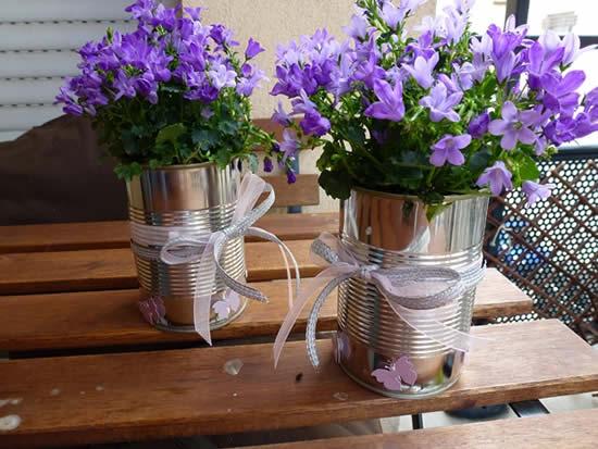Arranjos de flores com latas