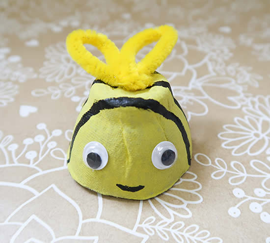 Abelhinha com caixa de ovo