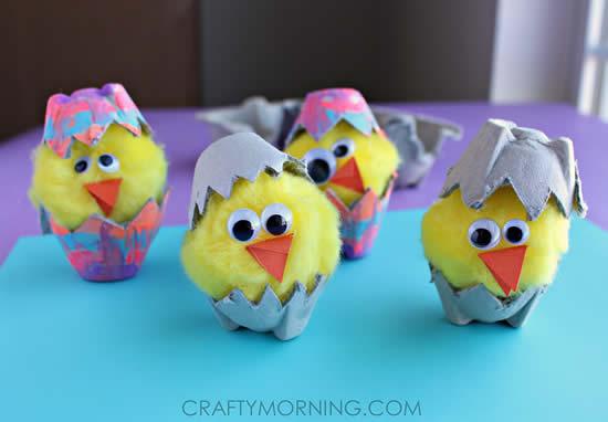 Pintinhos com caixas de ovos