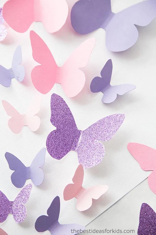 Enfeite com borboletas de papel